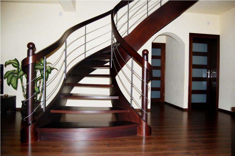 Czy warto wybrać schody zabiegowe drewniane?